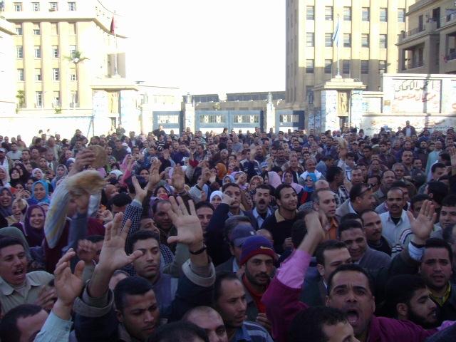 حوالي ٢٠ ألف من عمال وأهالي المحلة يتظاهرون للمطالبة برفع الحد الأدنى للأجور، ١٧ فبراير ٢٠٠٨، عدسة كريم البحيري